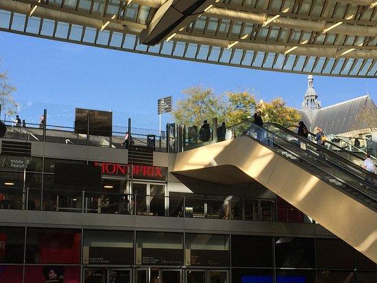 Forum des Halles : escalier menant de la Place Basse au Jardin Nelson Mandela