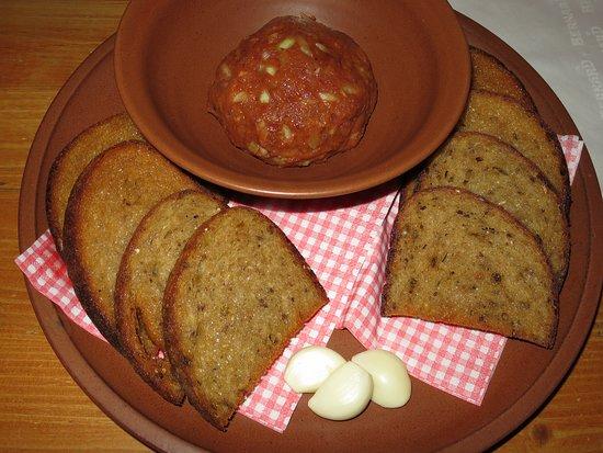Louny, Czech Republic: Tatarský biftek s topinkami a česnekem