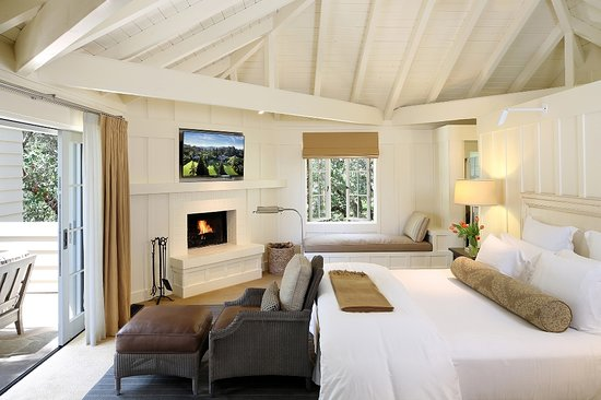 Meadowood Napa Valley: Relax & unwind in the luxurious Estate Room with views overlooking the golf course!