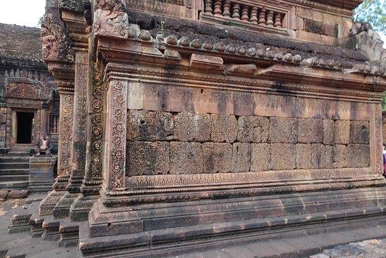 Бантеайсрей: banteay srei carved pink sandstone plinth