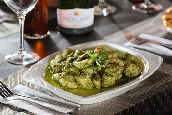 Restaurante Primaluna Beach: Gnocchi di patate al pesto con langostinos