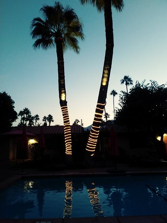 Greater Palm Springs, CA: Outdoor fire pit.....night pool lights... :)