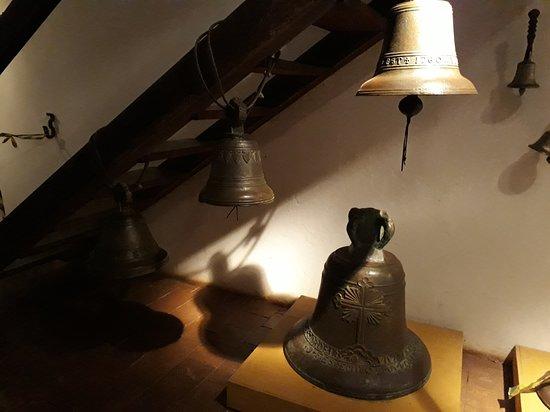 Пиренополис: Sinos expostos no museu.