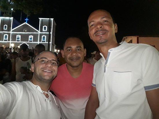 Пиренополис: Eu e meus amigos em frente à igreja durante o Réveillon 2017-2018.