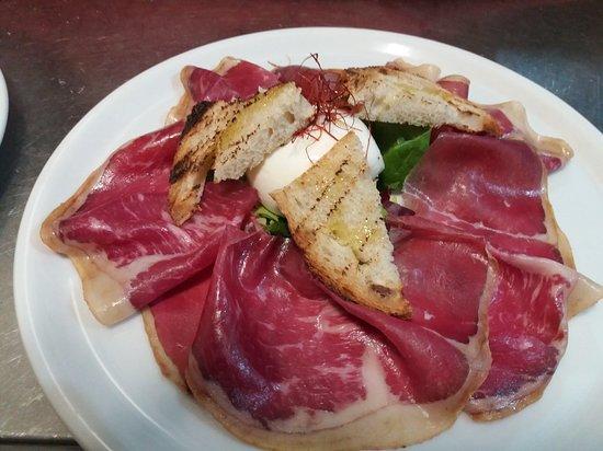 La Vecchia Osteria: (Cecina di leon)Prosciutto di vacca spagnola con burrata al tartufo  e pistilli di peperoncino