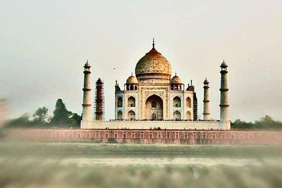 タズマハルとアグラ城の素晴らしい日帰り旅行