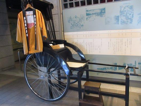 Kotohira Municipal Historic Museum: 入口に展示されている人力車、乗って記念写真を撮ることができるそうです