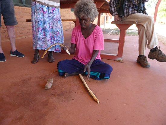 Maningrida, أستراليا: Showing how tree bark become fibers for basket weaving 