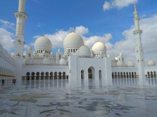 Sheikh Zayed Grand Mosque Center: на саму площадь не пускают, но и без нее достаточно мест для осмотра