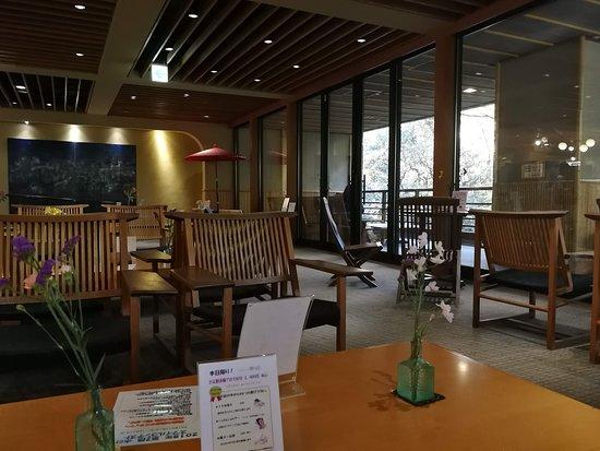 ロビーで、ホット・アイスコーヒー、昆布茶、黒豆茶あり。売店は18−20時は20%OFFでオススメ。5000円以上買えば、宅急便無料で、荷物も運んでもらえる。