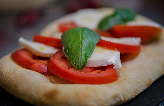 Focaccia de tomate, mozzarella y albahaca.