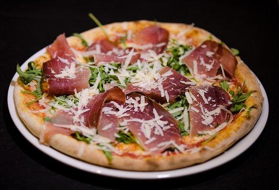 Pizza con Spek rucula y parmigiano.