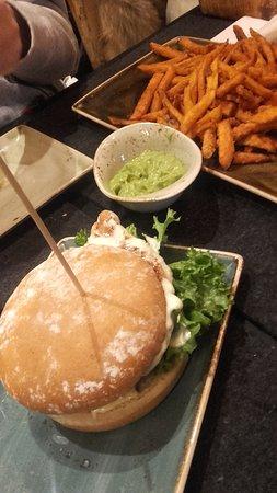 HANS IM GLUECK Burgergrill & Bar: Du poulet très tendre et une asssiette pour deux de patates douces frites à coeur.