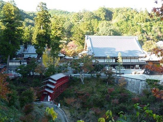 Hokoji Temple: 方広寺の全景。右手に鐘楼、中央やや左に赤い鉄橋。