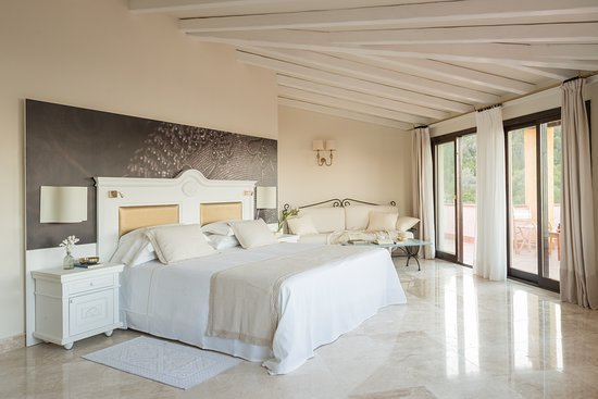 Deluxe Room | Bedroom