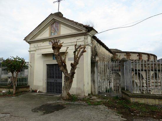 Mausoleo detto delle Carceri Vecchie: la chiesetta appoggiata al mausoleo (anch'essa chiusa)