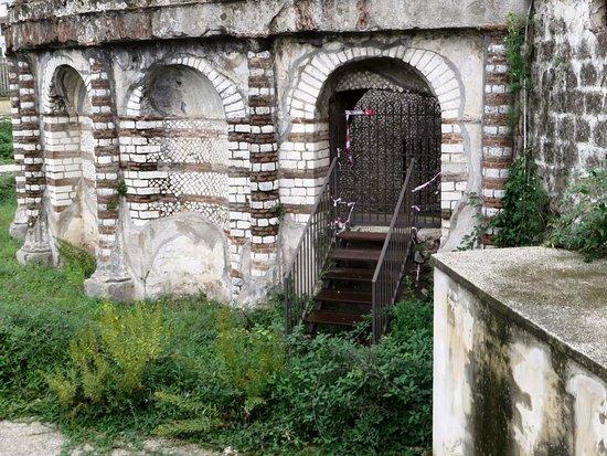 Mausoleo detto delle Carceri Vecchie: Cancelletto secondario chiuso (e da molto, vista l'erba cresciuta)