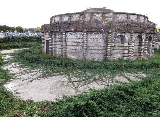 Mausoleo detto delle Carceri Vecchie: la vegetazione si sta riappropriando del sito