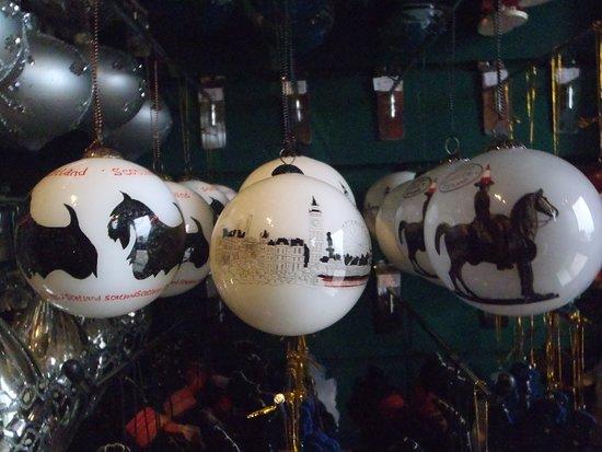 The Olde Christmas Shoppe: Hand Painted Glass bauble - Scottie Dog/London/Duke og Wellington (Glasgow)