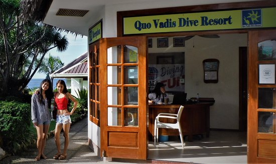 Quo Vadis Dive Resort: registration area,  restaurant in the background overlooks the ocean for beautiful viewing