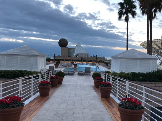 Hotel Arts Barcelona: Walk way to the pool.