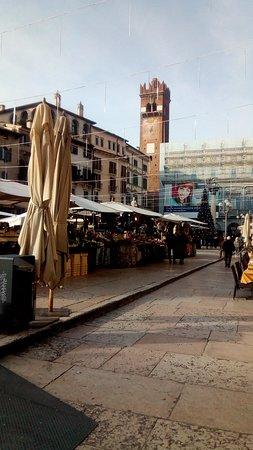 Верона, Италия: La Piazza delle Erbe a Verona