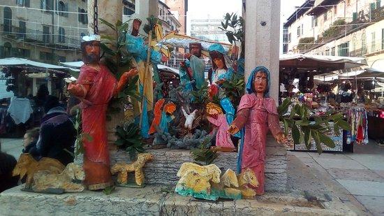 Верона, Италия: Presepe nel Pozzo in Piazza delle Erbe a Verona