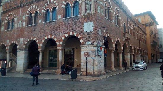 Верона, Италия: Domus Mercatorum in Piazza delle Erbe