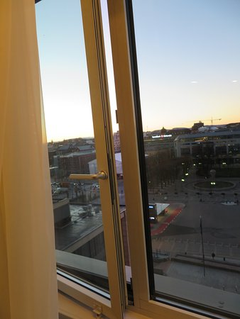 Thon Hotel Opera: Window can be opened about an inch for fresh air.