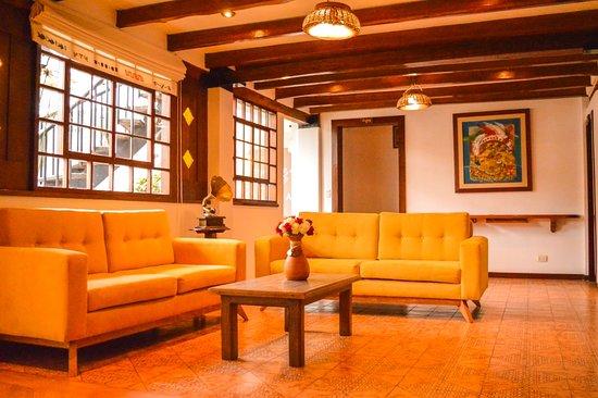 Hotel ACOMA: Sala junto a la Recepción