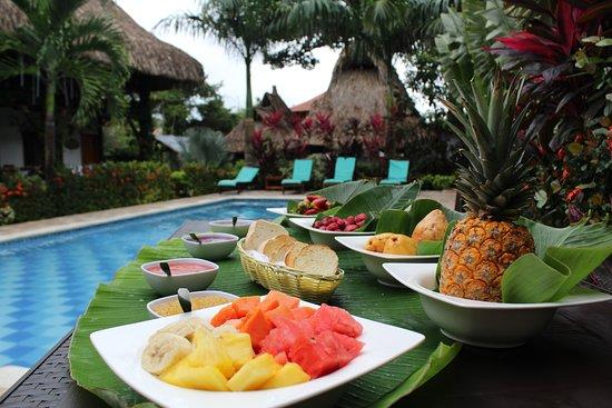 Restaurante Primaluna Beach: Desayuno en la piscina - Breakfast at the pool