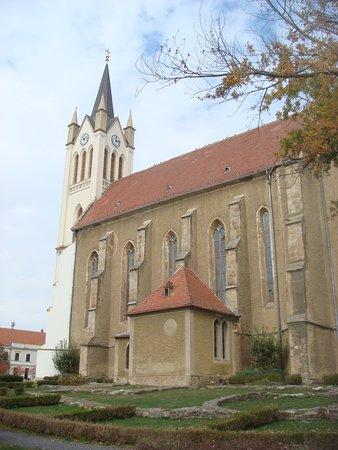 Our Lady of Hungary Church: вид на храм из парка