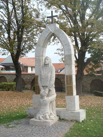 Our Lady of Hungary Church: памятник жертвам войн 20 века