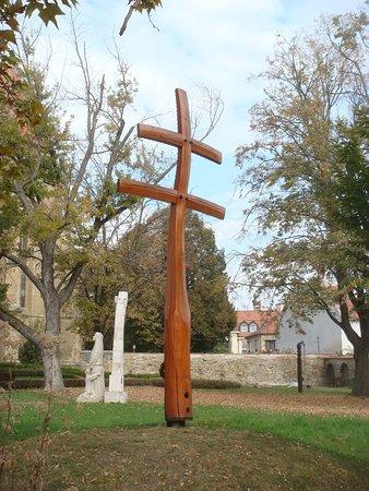Our Lady of Hungary Church: крест в парке около храма