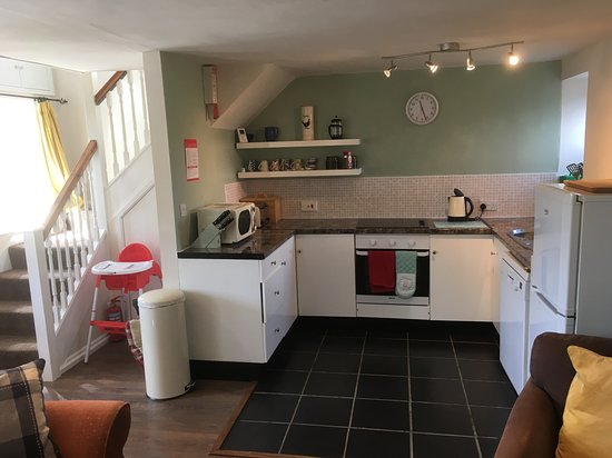 Meifod, UK: Fully fitted kitchen with tea towels provided