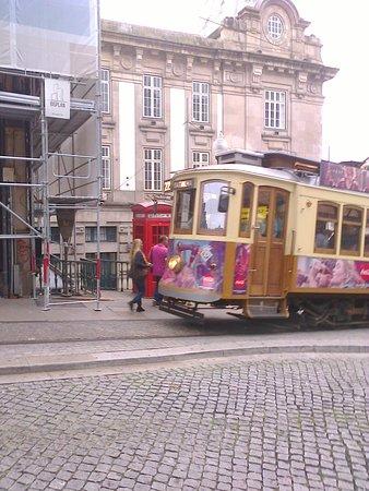 Oporto: un vecchio tram nei pressi della stazione Sao Bento