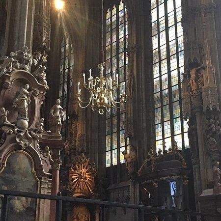 Католический Собор Святого Стефана национальный символ Австрии и символ города Вены . Собор строили на протяжении  нескольких веков. Сперва это был небольшой храм построенный в 1137-1147 годах, а вот величественный масштабный собор , такой как мы его видим, был построен в XIII - XV веках и приобрел нынешний современный вид к 1511г., его строили и использовали для связки материалов прокишее вино, так как войны и засуха истощили казну, перестраивали и реставрировали.
