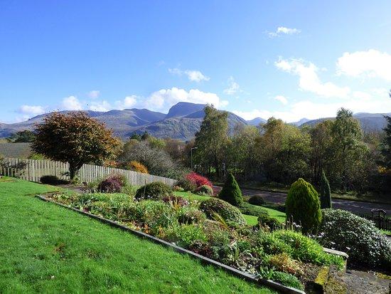 Lochaber, UK: Carinbrook Guest House garden view of Ben Nevis range.