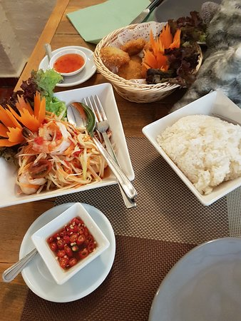 Papaya salad with sticky rice and prik nam pla, delicious