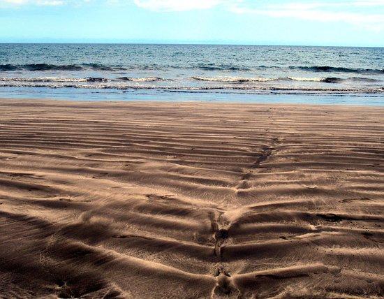 Orilla de la Playa de Las Burras. Mar muy tranquilo generalmente. Puesto de socorro.