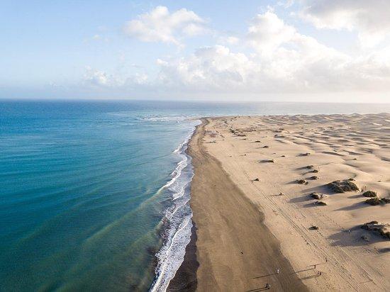 Playa del Inglés y Maspalomas, muy cerca de la ubicación del Complejo Green Sea. Se puede ir en bus público o privado.