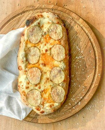 Пинса Амстердам (груша, бешамель, моцарелла, сулугуни, пармезан, чеддер, голубой сыр) - 2500 тг