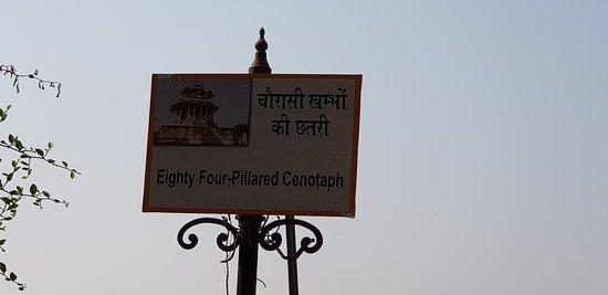 Chaurasi Khambon ki Chhatri: Sign