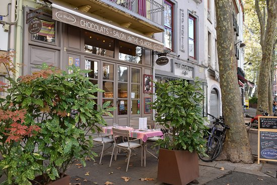 La Praline: Pretty little restaurant overlooking part of the Saturday market.
