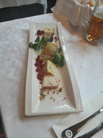 Goulasch di manzo e antipasto di formaggi con mostarda di fichi