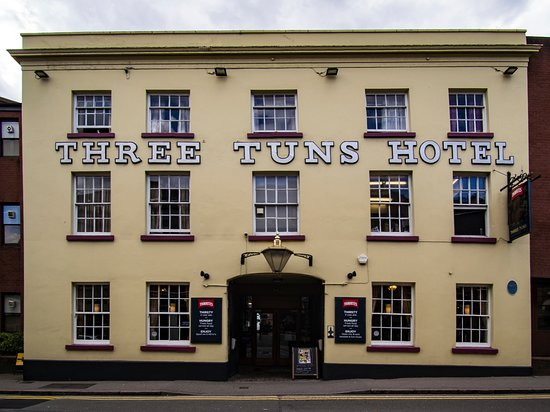 The Three Tuns: Front view from High Street.