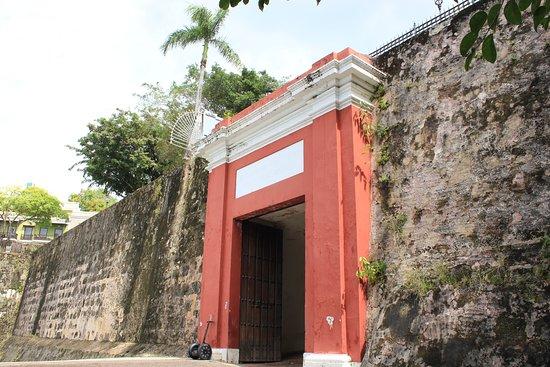 Крепость и историческая часть города Сан-Хуан: Entrance to the city
