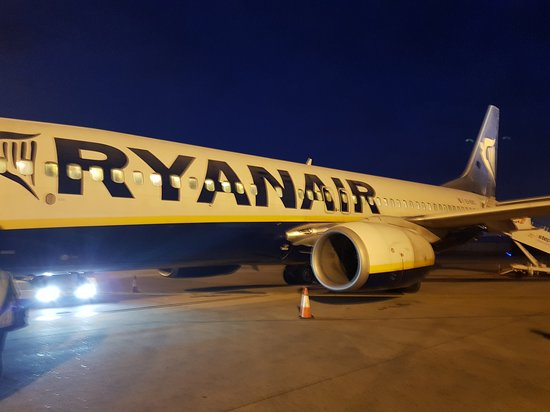 Ryanair: Early morning flight from EMA