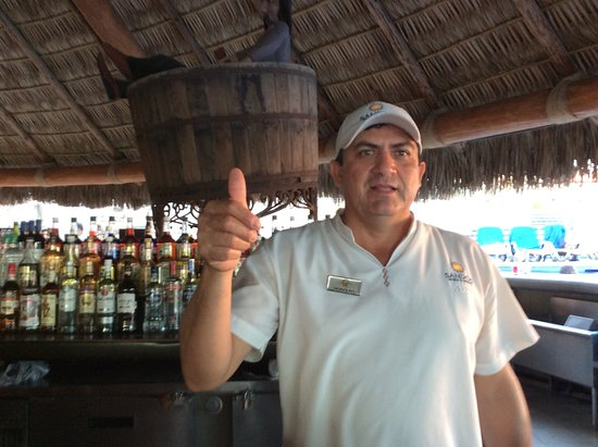 Sandos Finisterra Los Cabos: Rodolfo is amazing!  He is friendly, kind, and helps in anyway he can.  He makes the most amazing drinks. He truly is a wonderful person and the best bartender ever!