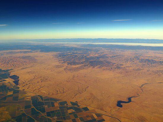 United Airlines: UA5670 SFO to PHX FC EMB-175 Seat 2D - Flying Over California Desert